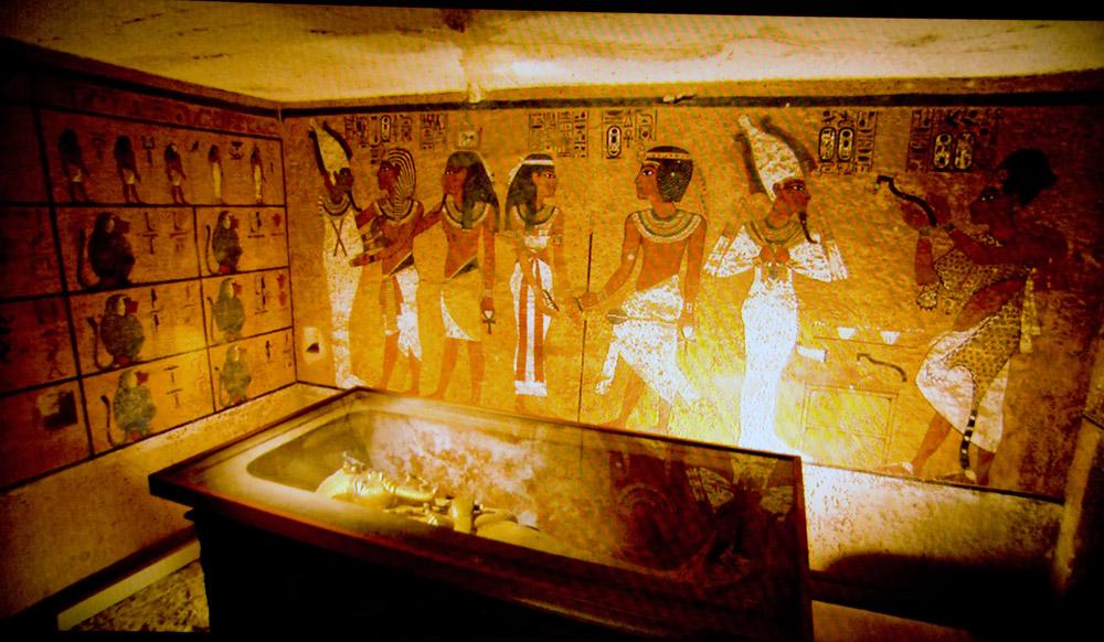 ツタンカーメンの墓玄室 発見時のパネル 王墓としては狭いが,玄室のレリーフはきれいである.若くし